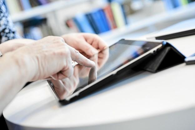 Er der noget IT i hjemmet, der driller? Tag dit problem med til IT-café på Løkken Bibliotek. Måske kan vi hjælpe dig, lyder det fra personalet. Foto: Svenn Hjartarson