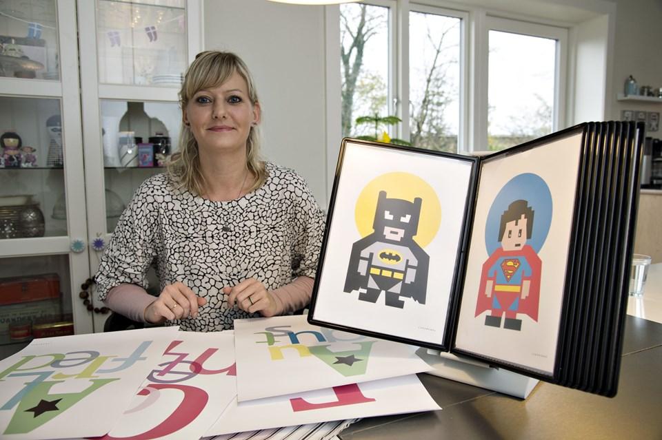 Majken Berthelsen arbejder egentlig med noget andet, men i sin fritid laver hun plakater. Det går godt - hun har vundet en pris og der er efterspørgsel på hendes plakater. Foto: Kurt Bering