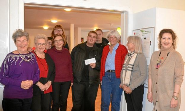 Sæby Inner Wheel donerer hvert år penge til gode, lokale formål. Hér er det til Nr. Vesterskov der fik 10.000 kr. overrakt af Tine Andersen. Privatfoto.