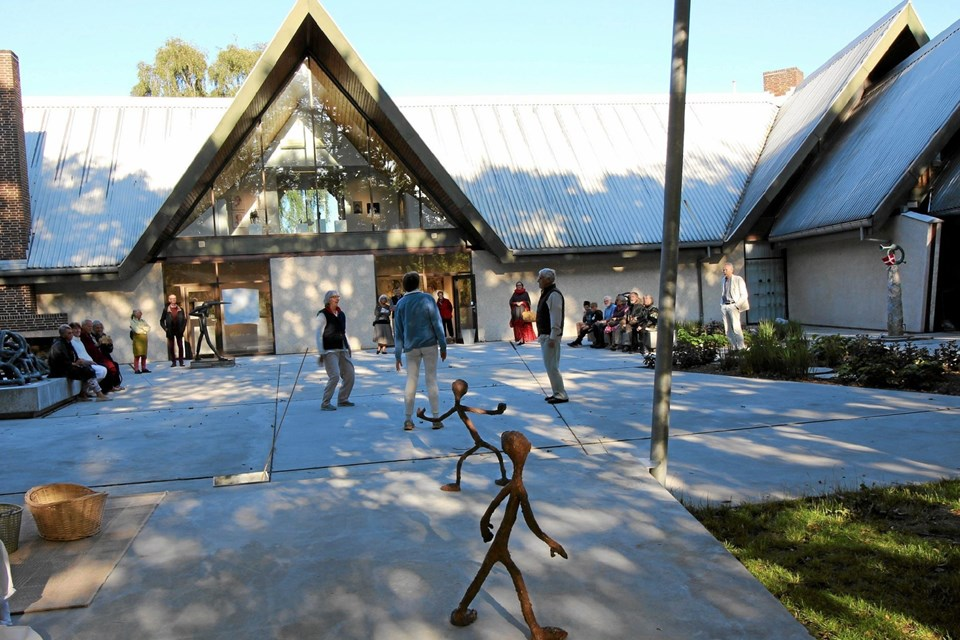 Forestillingen foregik i den smukke skulpturgård blandt skulpturer og blomsterbede. Foto: Jørgen Ingvardsen