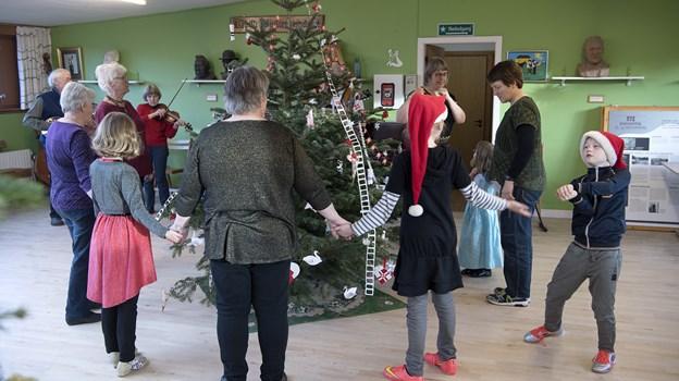 Dans om juletræet bliver der også tid til på søndag hos Museum Rebild. Arkivfoto: Lars Pauli