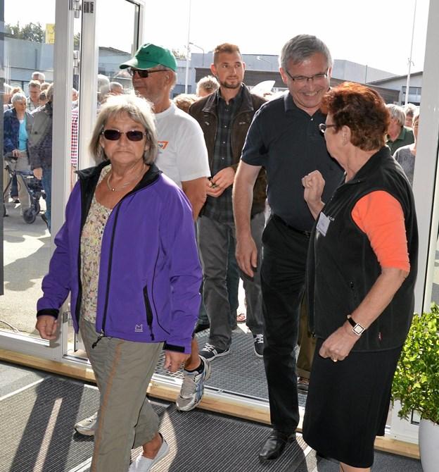 Provst Jørgen Pontoppidan (i sort t-shirt) var blandt gæsterne, da Kirkens Korshær for fem år siden slog dørene op for sin nye butik på Jyllandsvej. Arkivfoto