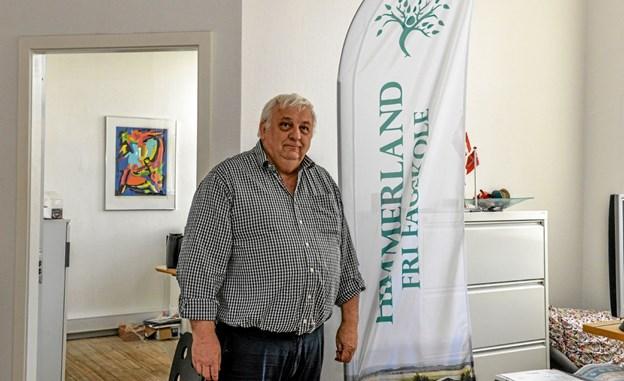 Forstander Ib Christensen her foran det nye banner på den kommende skole, Vesthimmerlands Fri Fagskole, som starter 1. august 2019. Foto: Mogens Lynge