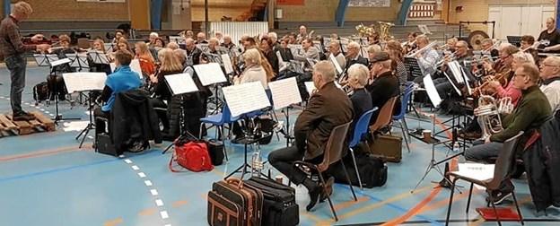 Sæby Fritidscenter genlød af musik fra et 65-mands m/k stort harmoniorkester