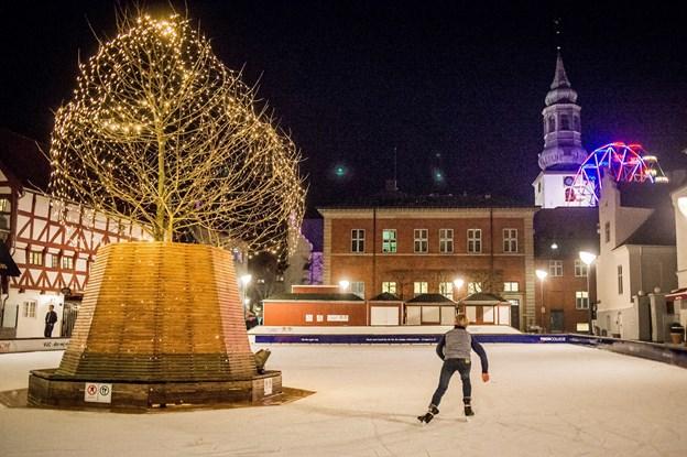 Skøjteløb i idylliske rammer. Den kommunale skøjtebane på C. W. Obels Plads er klar til at tage imod de første skøjteløbere lørdag den 15. december. Arkivfoto: Martin Damgård