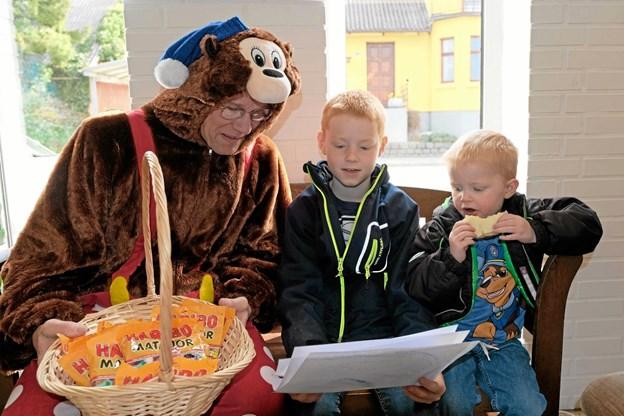 """""""Rasmus Klump"""" alias Hans Jørgen Krogh går rundt og deler slik ud til børnene. Foto: Niels Helver Niels Helver"""