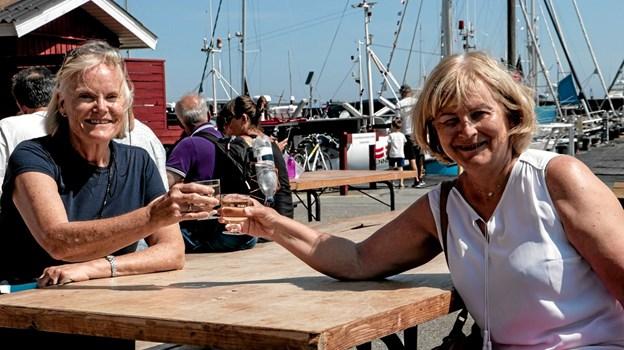 Damerne her var kommet fra Oslo for at nyde Nordjylland og et enkelt glas til frokosten. Foto: Peter Jørgensen Peter Jørgensen
