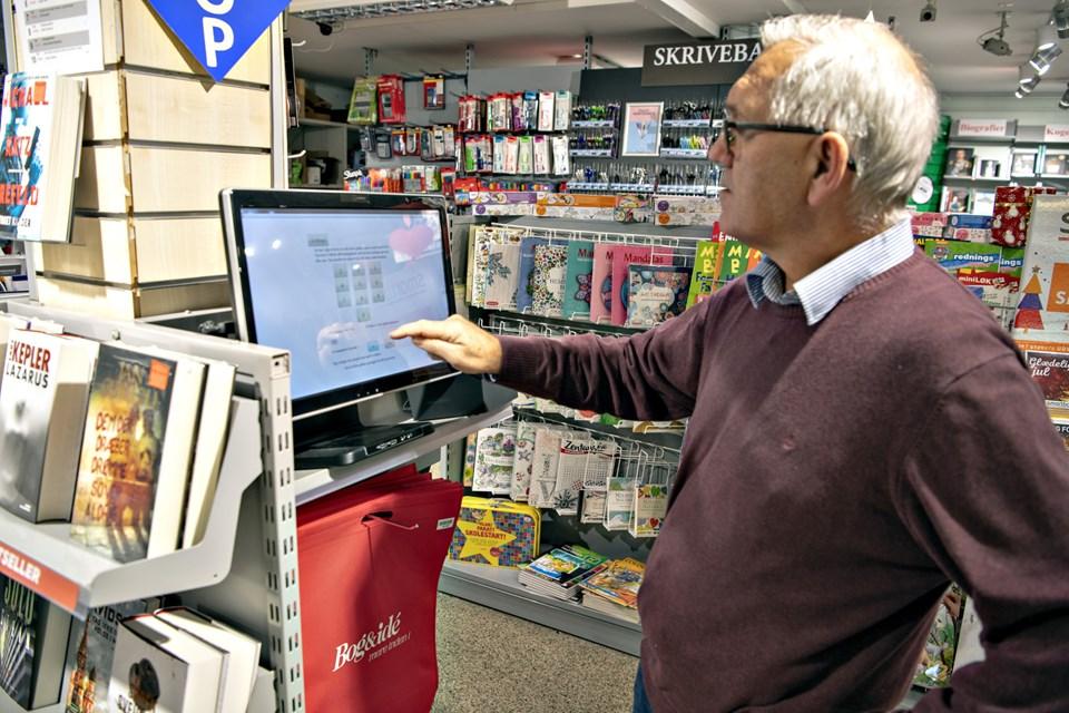 Bjarne Holm prøver selv systemet af her. Han mener, det sparer 15-20 sekunder per ekspedition, at kunderne bruger terminalen først.Foto: Kurt Bering Kurt Bering