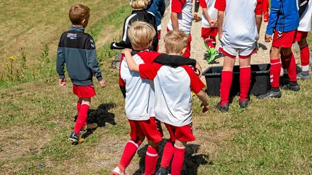 Kammeratskab, fællesskab og masser af fodbold, når der er fodboldskole i Nors for 27. gang i uge 27. Foto fra fodboldskolen i Nors 2018