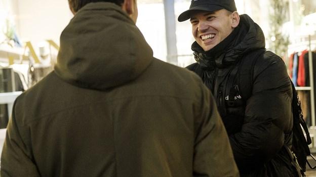 Mads Thomsen fra Aalborg har sat sig for at sige hej til 100 fremmede på 100 dage. Foto: Lasse Sand