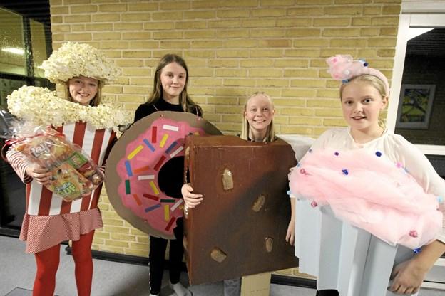 Eleverne gik catwalk i de mest fantasifulde kostumer, og gæsterne kunne stemme på de flotteste. Vinderne blev denne gruppe fra 6. klasse. Foto: Jørgen Ingvardsen Jørgen Ingvardsen