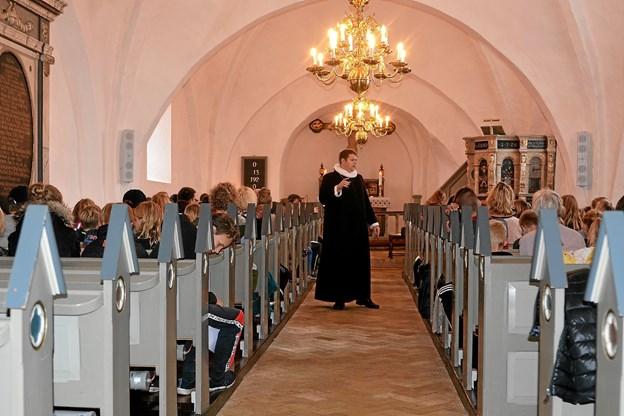 Sognepræst Steffen Bang fortæller historie for de fremmødte Foto: De 12 Kirker