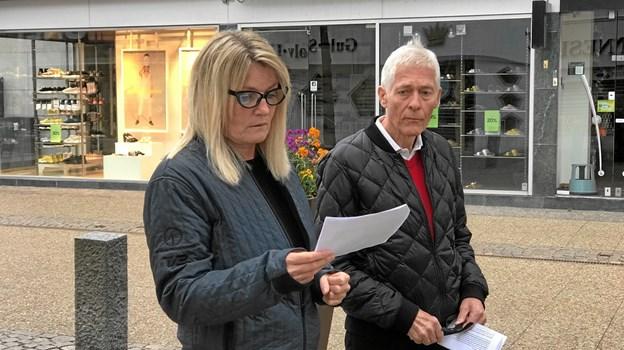 Birgit Hansen motiverede for formand for Byfonden og dermed også reelt Poesiparken valget af det nye værk. Her ses hun sammen med Peter Dahlgaard.