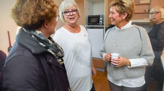 Anna Kristensen (midt) er frivillig i demenstilbuddet, her med frivilligkoordinator Sietske Møller (tv.) og centerchef Gytte Gade. Claus Søndberg