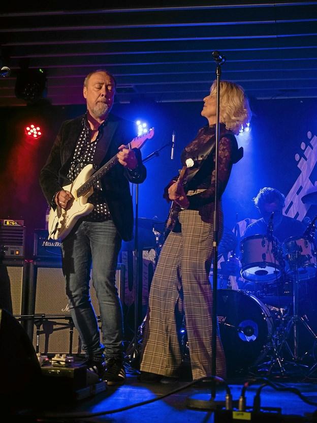 Poul Halberg viste, hvorfor han er en af Danmarks bedste guitarister, og Jette Scharndorf fik de små hår til at rejse sig af forundring. Foto: Bo Christensen