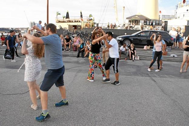 Onsdag aften kunne forbipasserende på havnefronten ved Jomfru Ane Parken opleve salsadans i fri luft. Foto: Ole Skouboe