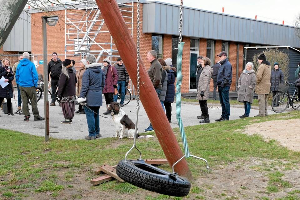 Sofie Dybro fremviste legepladsen og området ved Tornby Skole. Begge dele trænger til en kærlig hånd. Foto: Niels Helver Niels Helver