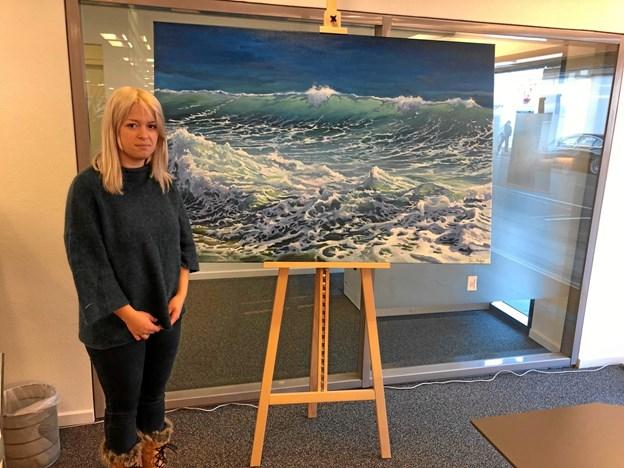 Maleren Iia Madsen er den første udstiller i banken. Foto: Nordjyske Bank, Hirtshals