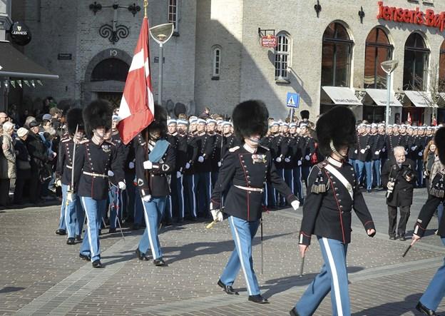 Det er en tilbagevendende begivenhed, at soldater fra Den Kongelige Livgarde fejrer deres Blå fest i Aalborg. Her er det fra et lignende arrangement i 2015. Arkivfoto