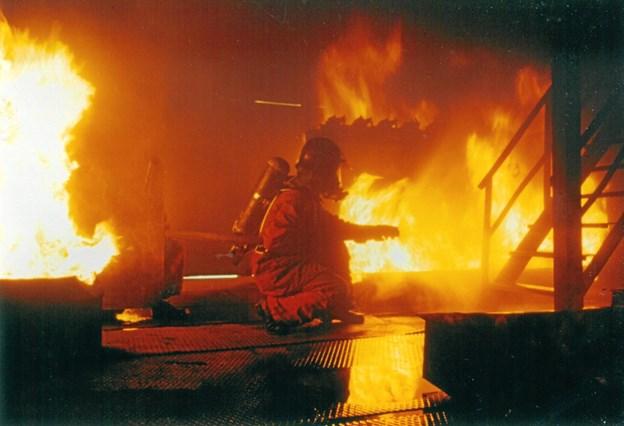 Øvelse gør mester. Her er jubilaren på øvelse på brandskolen i Hvims. Privatfoto