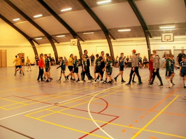 Der blev sagt pænt tak for kampen holdene imellem i den store håndboldturnering. Foto: Kjeld Mølbæk Kjeld Mølbæk