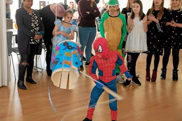 Spiderman Oshar slår tønden ned. Foto: Niels Helver Niels Helver