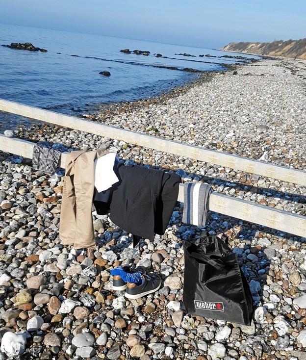 Vinterbaderen har hængt sit tøj på badebroen, badebroen er uden trin og er blot skelet her i vinter. Billedet er taget på stranden ved Døsselbjerg på Sjælland. Foto: Tine Karstrøm