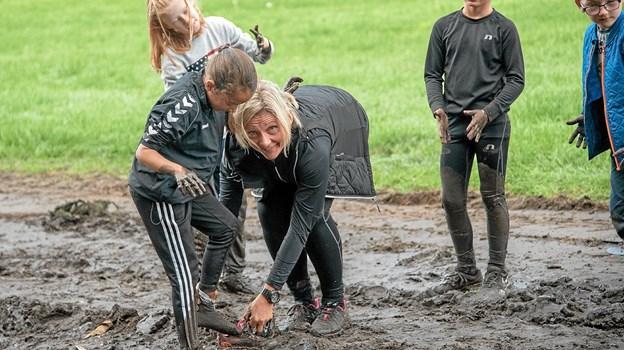 Nellie får hjælp af Ruth Kirstine Larsen. Foto: Niels Helver