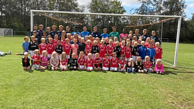 En flok glade børn og voksne på fodboldskole i Terndrup IF. Privatfoto