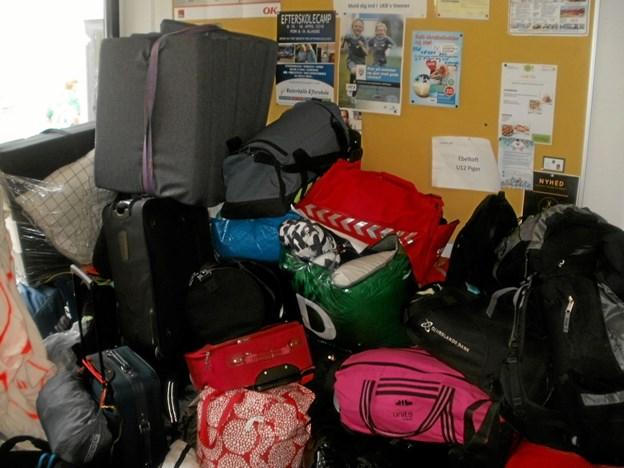 Søndag eftermiddag var der bagage overalt i Gistrup Idrætscenter mens deltagerne ventede på busserne. Foto: Kjeld Mølbæk Kjeld Mølbæk