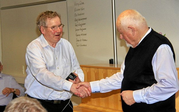 Efter foredraget takkede Harry Gade Hugo Mortensen for hans dejlige måde at berette om sit liv på. Foto: Hans B. Henriksen Hans B. Henriksen