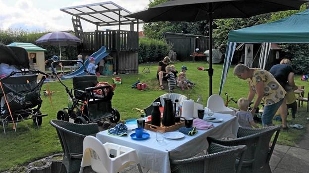 De kommunale dagplejere har været på havebesøg hos hinanden i det skønne sommervejr Foto: Åse Bakland Åse Bakland