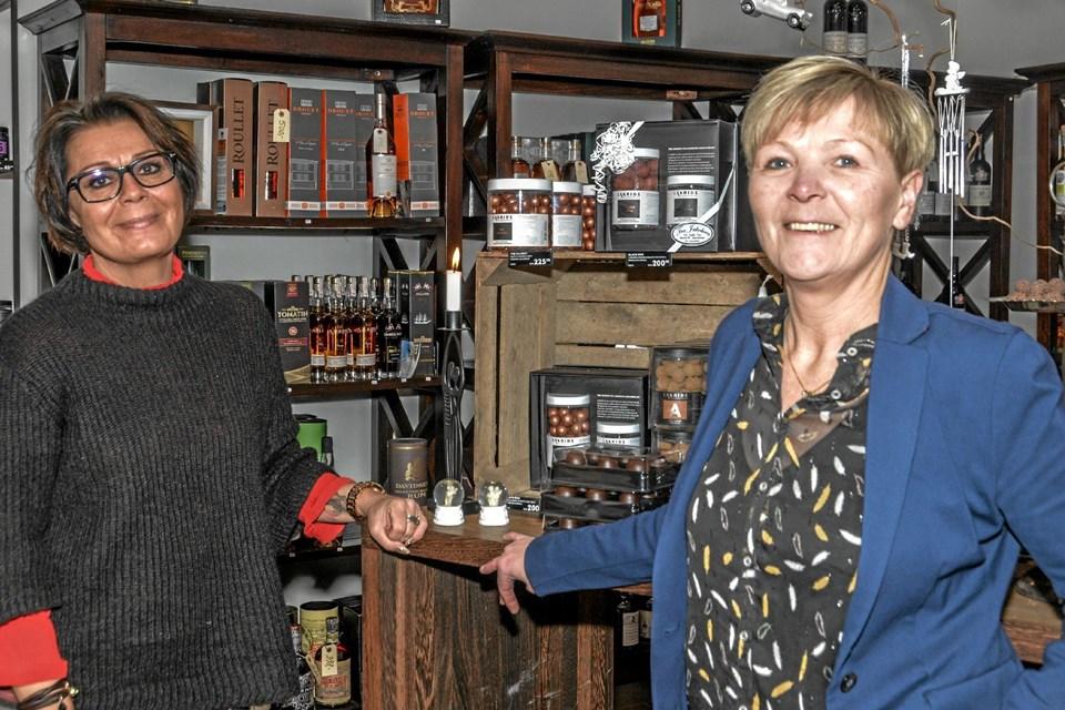 Kit Kronborg (tv) glæder sig til selv at sætte sit præg på butikken i Østerbrogade. Malene Jakobsen (th) har nu nok at lave på Tinget i Løgstør, som hun driver sammen med Allan Sørensen. ?Foto: Mogens Lynge Mogens Lynge