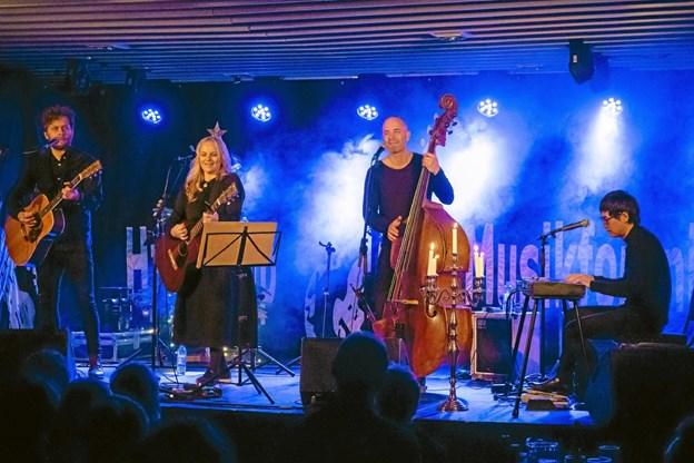 Søs Fenger sang sig ind i julehjerterne ved Hjallerup Musikforenings koncert.Foto: Pressefoto.dk