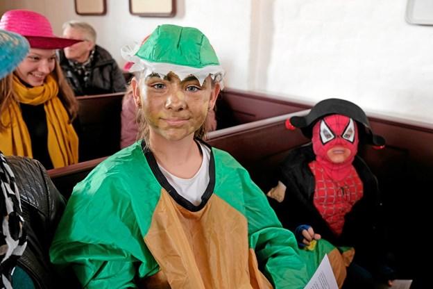 I søndags var der fastelavnsgudstjeneste i Astrup Kirke med mange udklædte børn. Sofie havde klædt sig ud som en drage og Oshar var Spiderman. Foto: Niels Helver