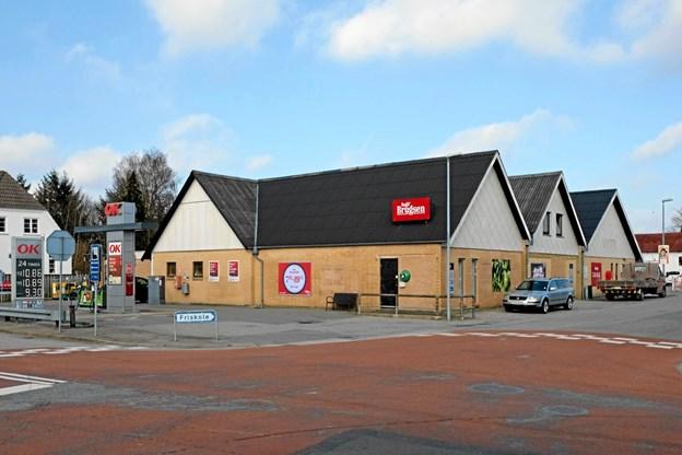 Også på facaden mod Jerupvej er der kommet nye skilte. Bemærk de ny åbningstider, der nu er fra klokken 07.45 til 19.45. Foto: Niels Helver Niels Helver