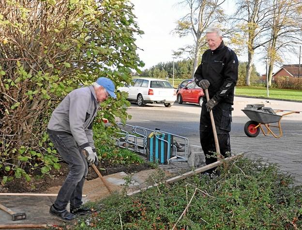 Karsten Nielsen (t.v.) og Erik Daugberg er ved at lave en rampe, så f.eks. barnevogne kan køre op og ned. Det er lidt af et præcisionsarbejde. Foto: Ole Torp