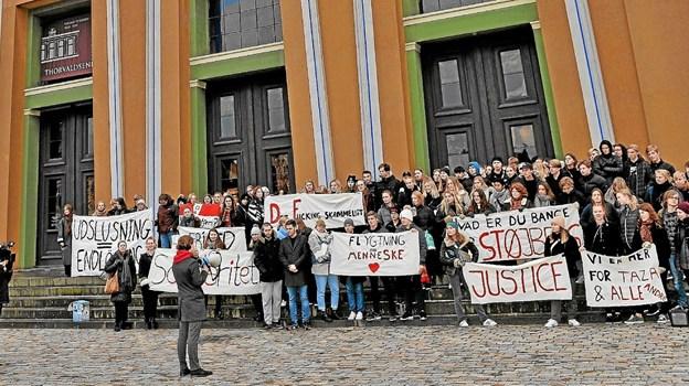Fredag var der arrangeret demonstration til fordel for den udviste gymnasieelev, Taza og hans familie. Privatfoto