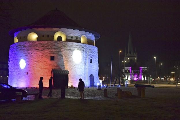 Illusionen fra dag til nat blev projiceret på det runde tårn, som var et par timer var en rund omend ret flad jord. Foto: Bente Poder