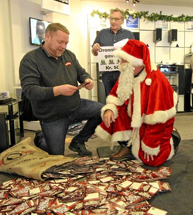 Julemanden udtrak vinderen blandt de omkring 10.000 kuponer sammen med Anders Dige. I baggrunden ses Arne B. Schade. Foto: Jørgen Ingvardsen
