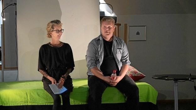 Her får Sune C. Abel i forestillingen hjælp af stressrådgiver Tanja Gudiksen. Fotos: Arbejdsmiljøcenter Midt-Vest.