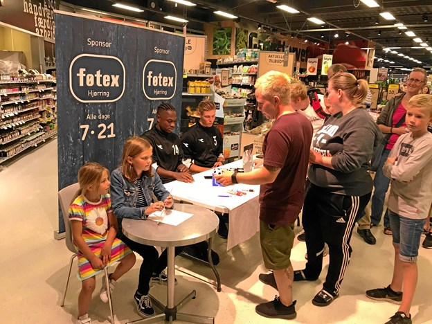 Spillerne skrev efterfølgende autograf i Føtex. Ved siden af dem Astrid Nygaard som var dagens nummerpige og holdt styr på gevinsterne.