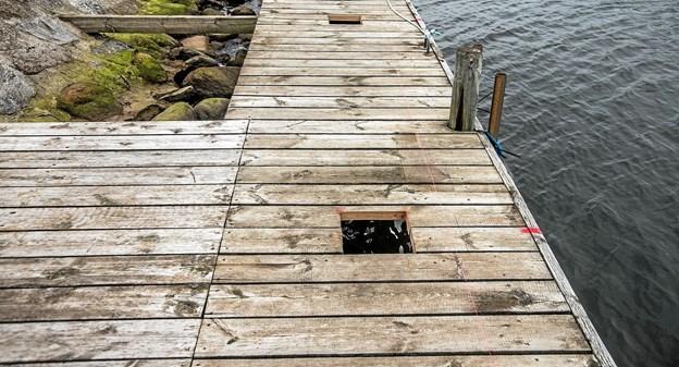 Der er lavet huller i den gamle bro med den afstand de store 25x25 stolper skal sidde. Således bruges den gamle bro som ramme for den nye. Foto: Mogens Lynge