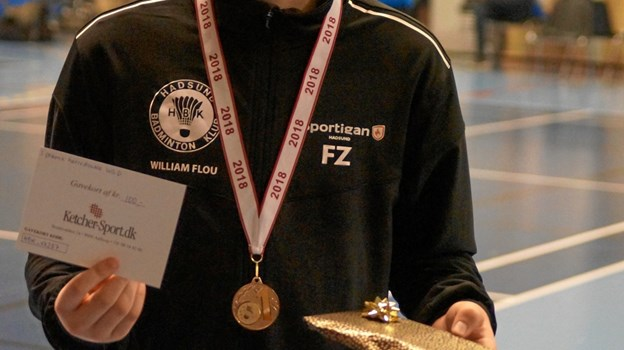 William Flou med sin medalje som vinder af U13D HD, som han vandt sammen med Gustav Jakobsen. Foto: Michael Søndergaard