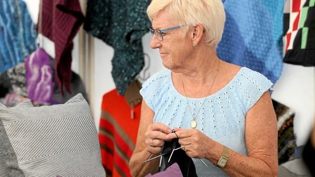 Alt fra strik og tekstiler til træarbejder og porcelæn skiftede hænder. Foto: Allan Mortensen Allan Mortensen