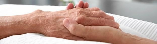I vågetjenesten giver frivillige medmenneskeligt nærvær til den døende, i den sidste tid. Frivillige i vågetjenesten skal enten have en professionel, eller personlig erfaring med døende. Du skal kunne lytte, berolige og vise omsorg. Genrefoto
