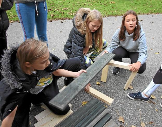Kan man virkelig lave en bænk til tre personer af disse materialer? Det var den opgave, eleverne fik under tværsugen. Foto: Jørgen Ingvardsen