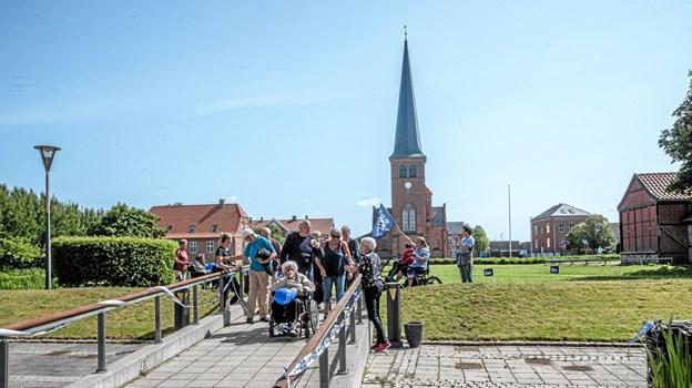 Alle er tilbage på plejecentret efter en flot tur i byen og ved havnen i et flot solskinsvejr. Foto: Mogens Lynge Mogens Lynge
