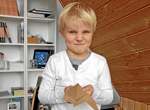 Aksel fremviser her et rumskib, han har lavet af karton på billedværkstedet på Kunstcentret. Foto: Jørgen Ingvardsen Jørgen Ingvardsen