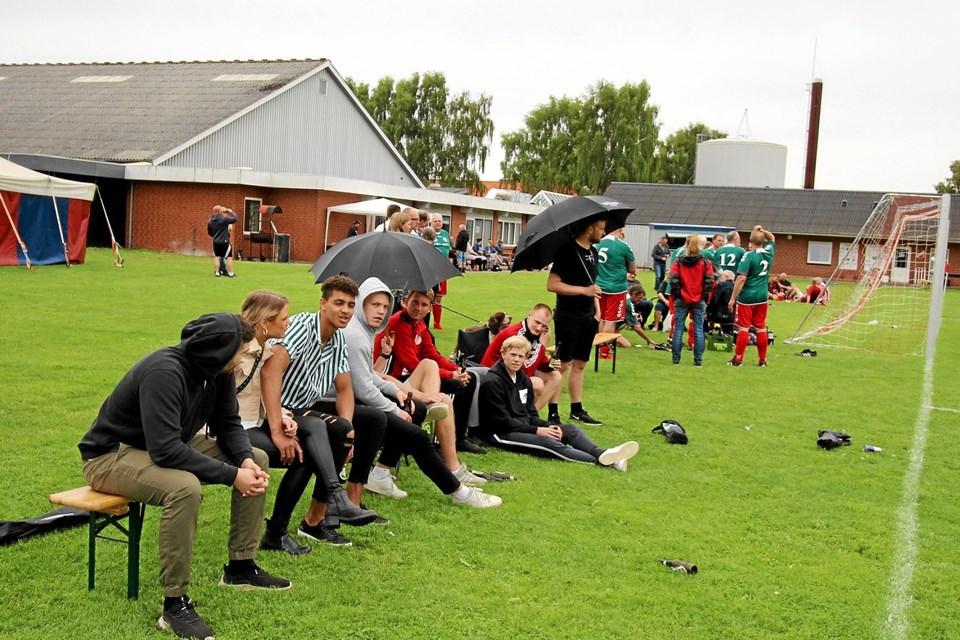 Der var masser af fodboldkampe, og der var masser af publikum, der heppede og klappede. Foto: Jørgen Ingvardsen